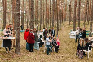 kāzu ceremonija mežā