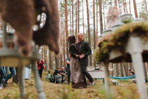 kāzu deja mežā