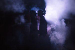 kāzas naktī ar dūmiem