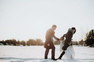līgava un līgavainis ziemas kāzas