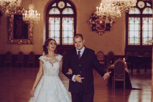 kāzas melngalvju namā līgava un līgavainis