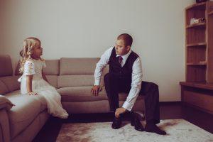 līgavainis ar meitu kāzās no rīta