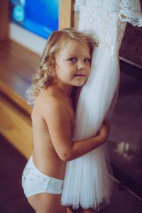 bērns un līgavas kleita